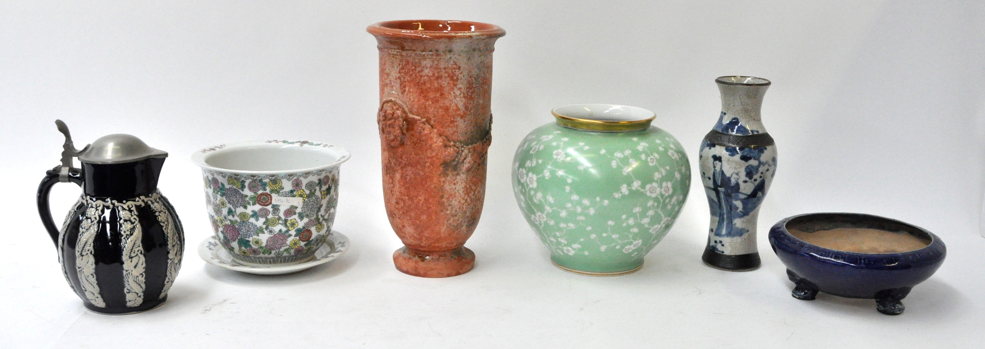 Lot aardewerk en porselein, bestaande uit een hoge vaas met bruine ...