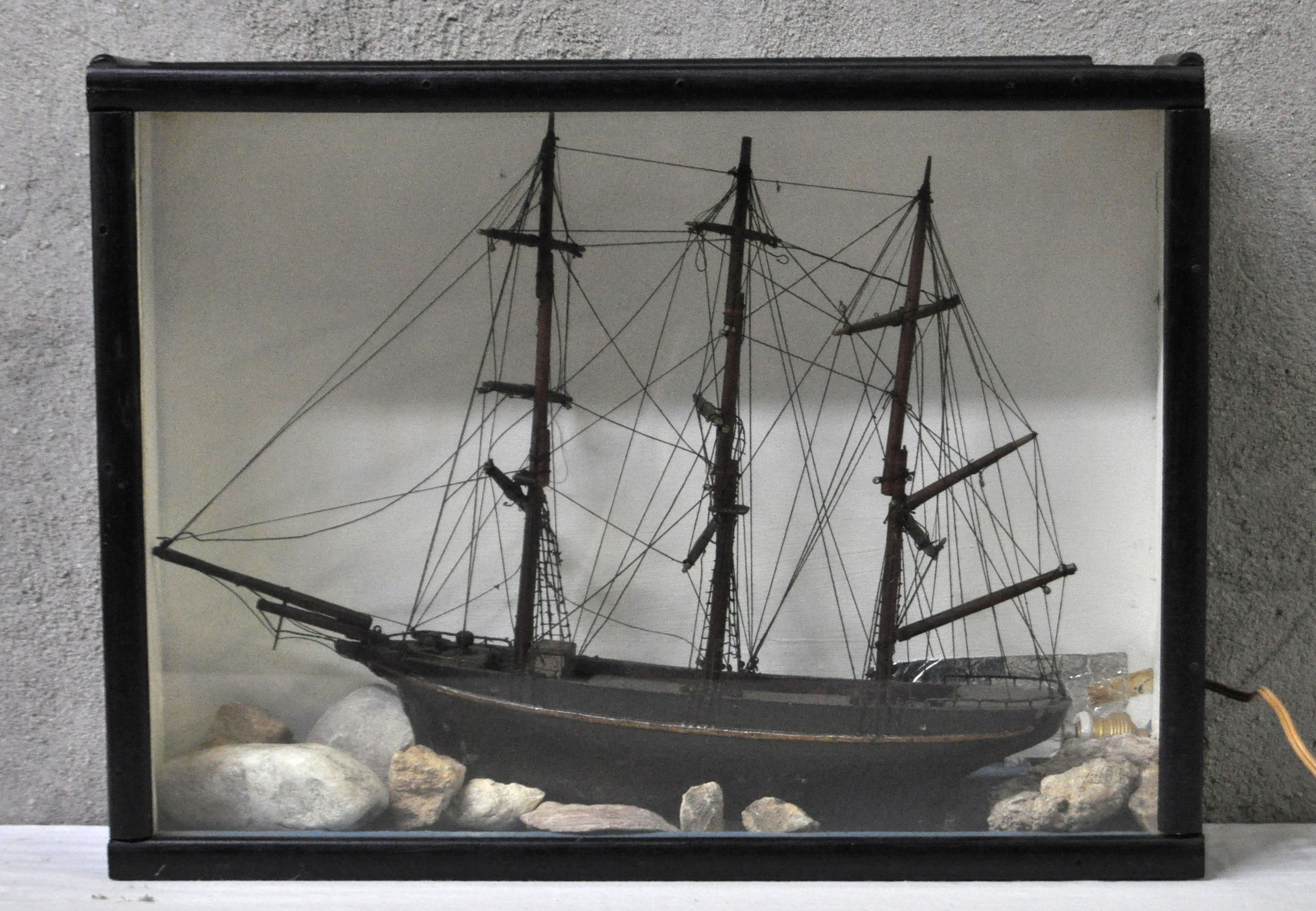 Een houten schaalmodel van een driemaster in een glazen vitrine jordaens n v veilinghuis - Model bibliotheek houten ...