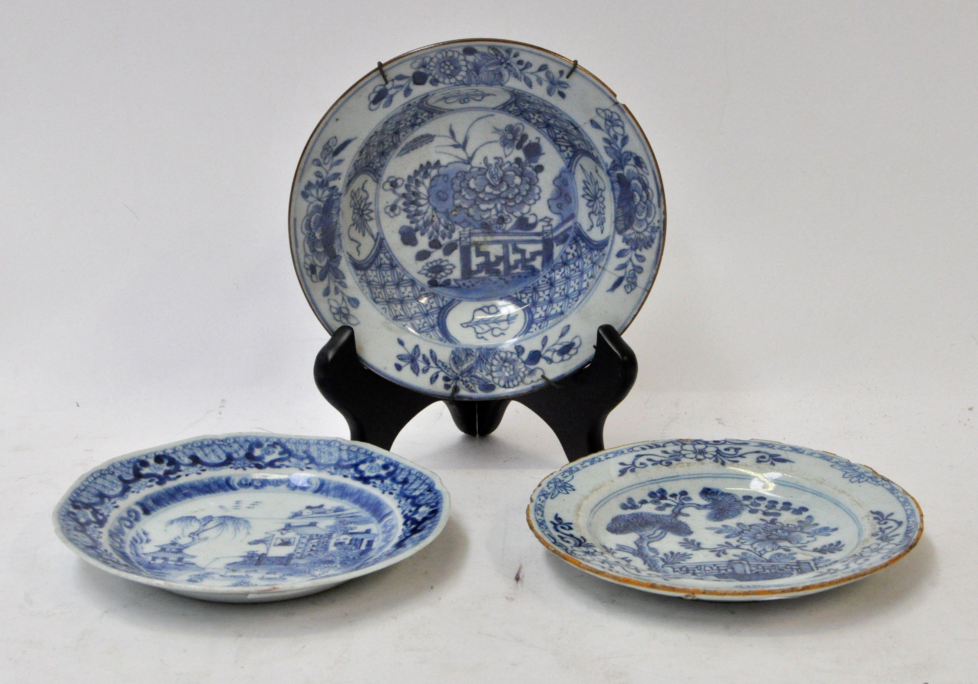 van blauw en wit Chinees porselein en één van Delfts aardewerk ...: jordaens.eu/lot/een-plat-en-een-diep-bordje-van-blauw-en-wit...