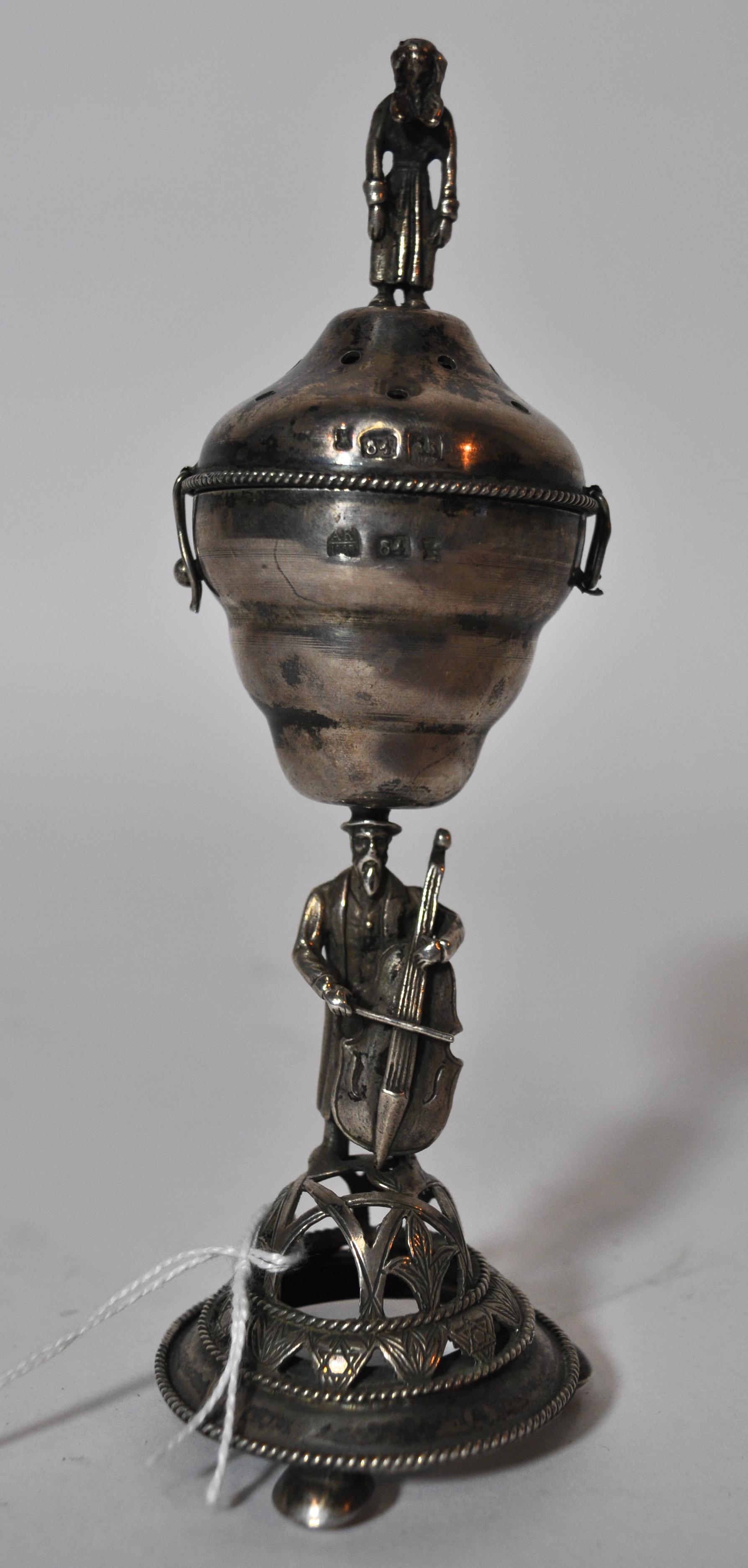 Een Joods wierookbrandertje van zilver, gedragen door een cellist ...