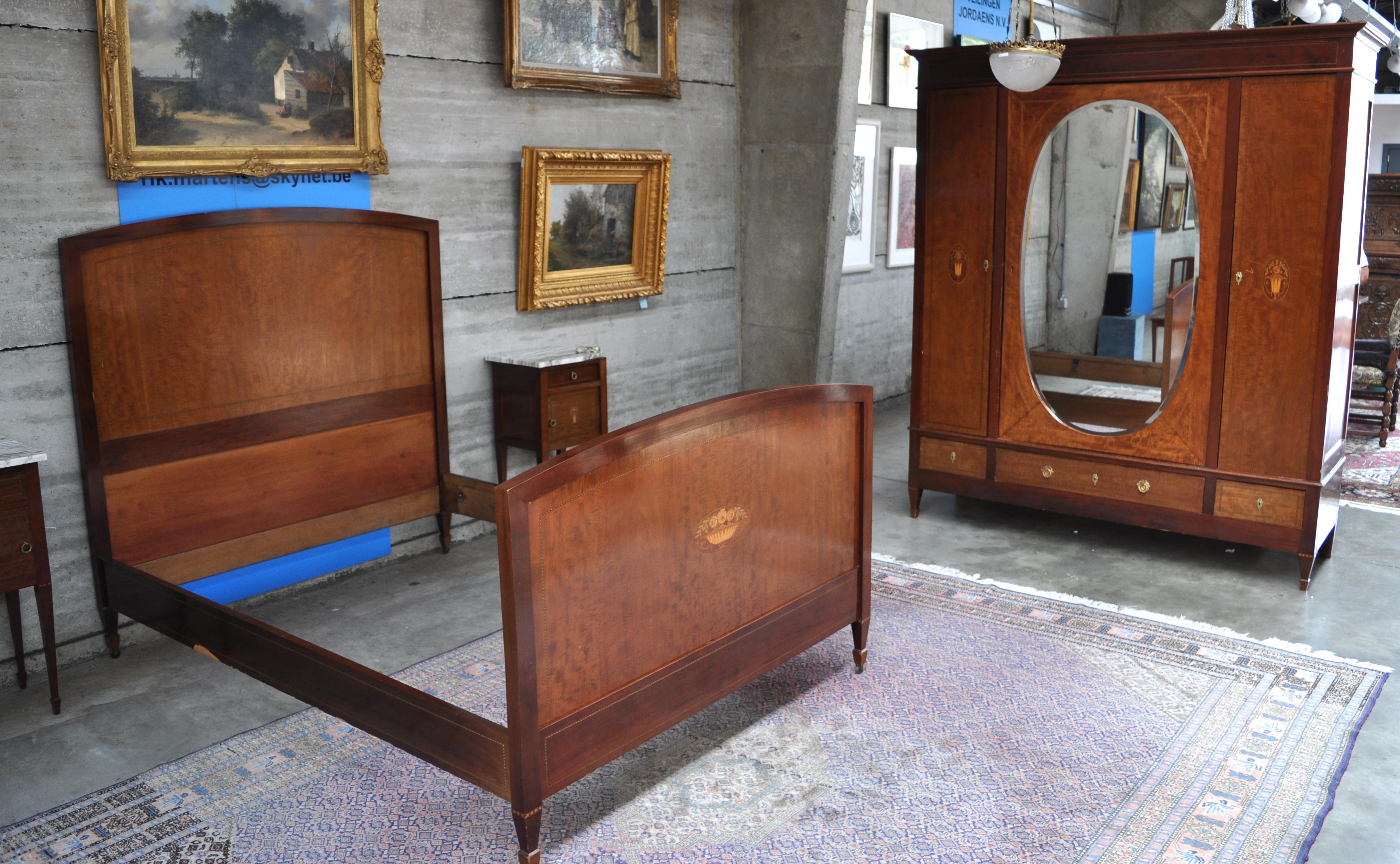 Een slaapkamer van mahoniehout met inlegwerk bestaande uit een bed ...