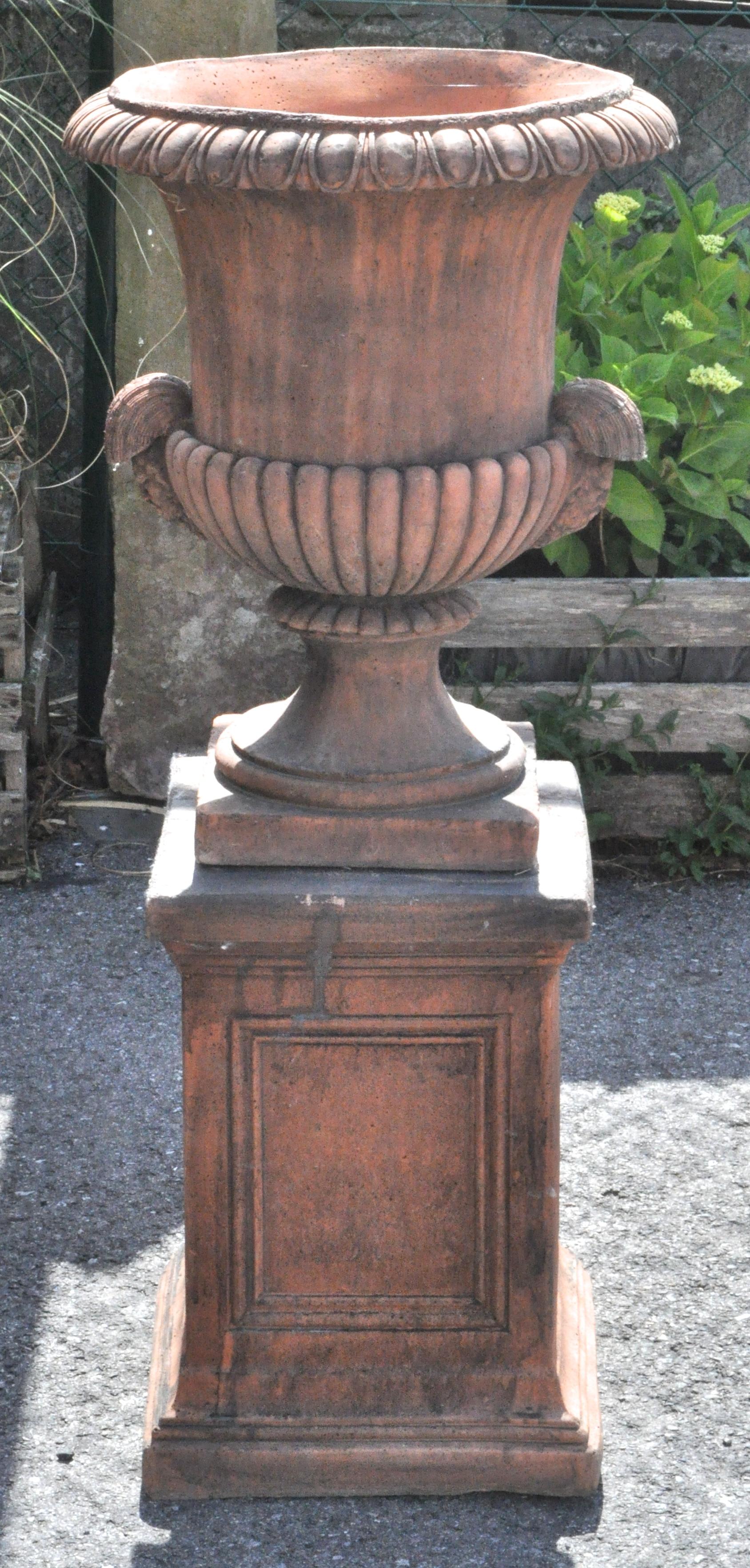 Een paar tuinvazen in lodewijk xiv stijl van terracotta op sokkels jordaens n v veilinghuis - Terracotta sokkel ...