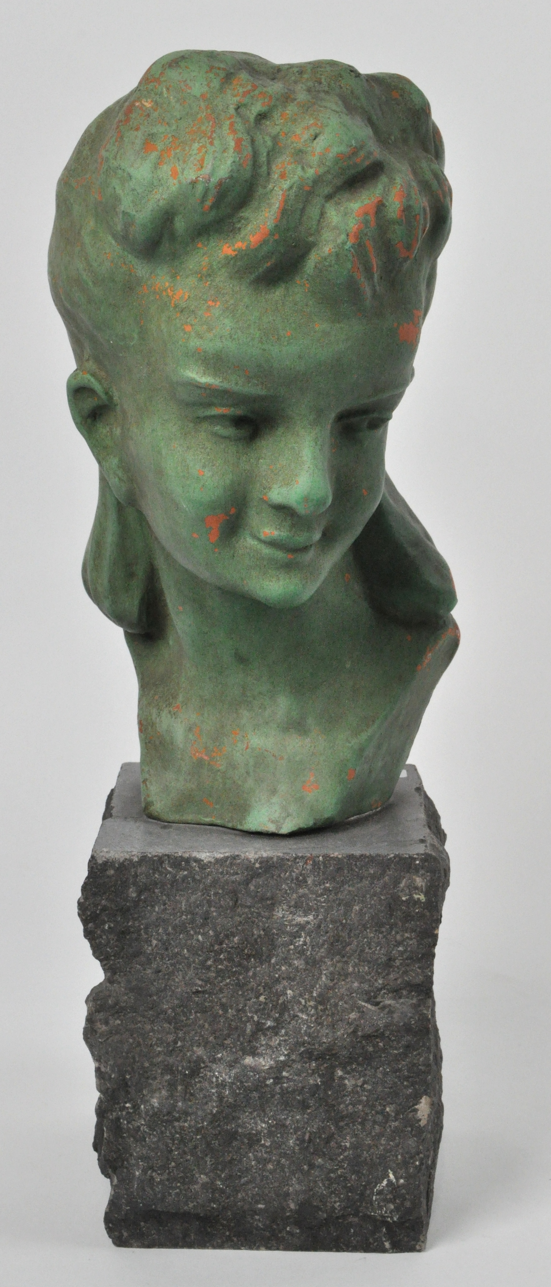 Een meisjesbuste van groengepatineerd terracotta op een stenen sokkel gesigneerd epatris - Terracotta sokkel ...