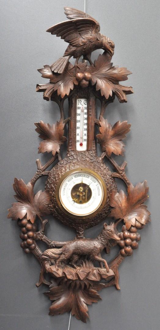 Een barometer van gesculpteerd hout versierd met druivenranken een vos en een vogel - Stijl asiatique ...