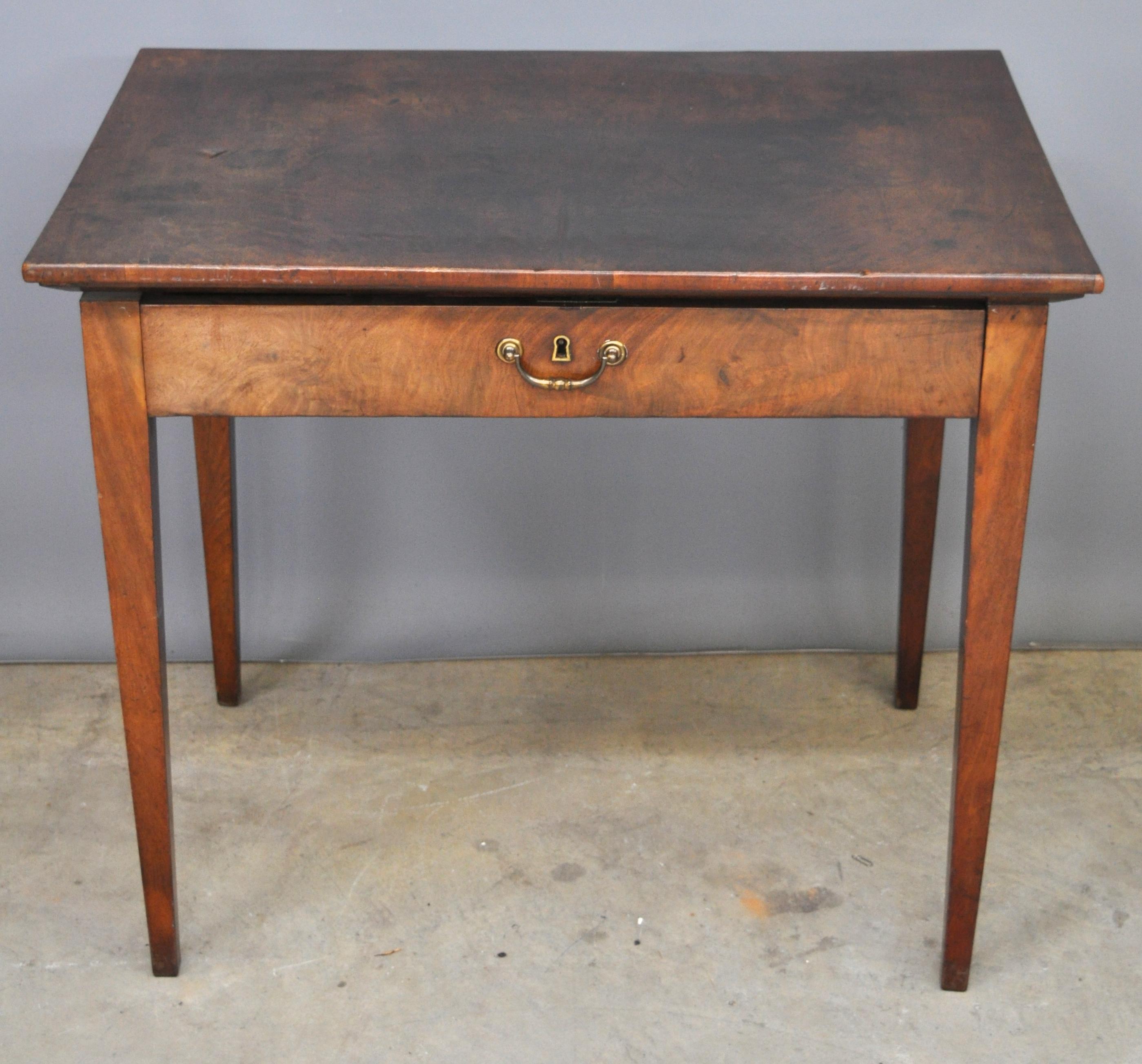 Een mahoniehouten tafel met vier tapse poten en een lade in de gordel omstreeks 1800 - Tafel met chevet ...