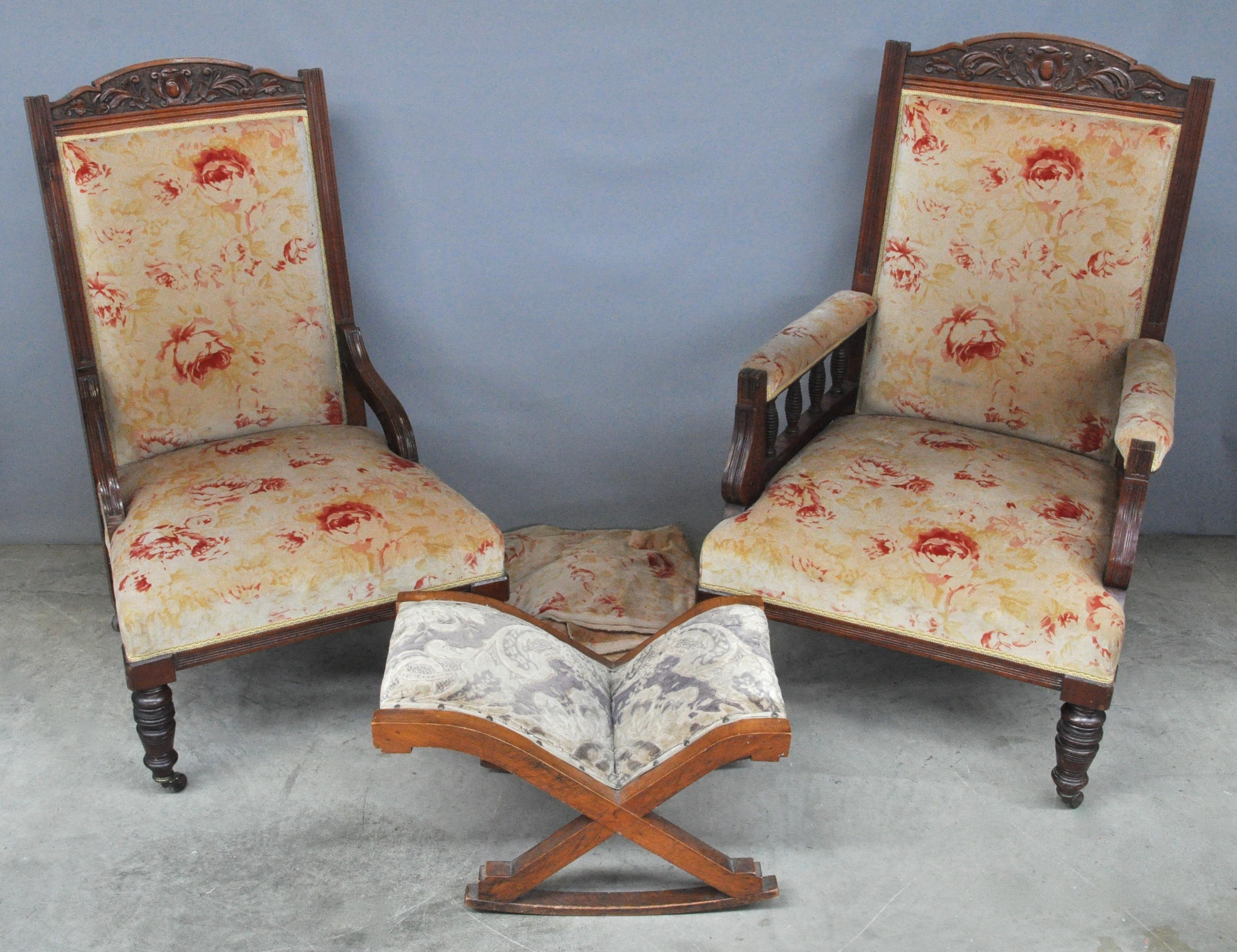 Een stoel en een armstoel van gesculpteerd mahoniehout in de stijl van louis philippe met - Ruimte stijl louis philippe ...