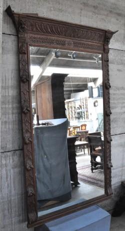 Een wandconsole van witgepatineerd hout met twee laden en smeedijzeren voluten tussen de poten - Tafel met chevet ...