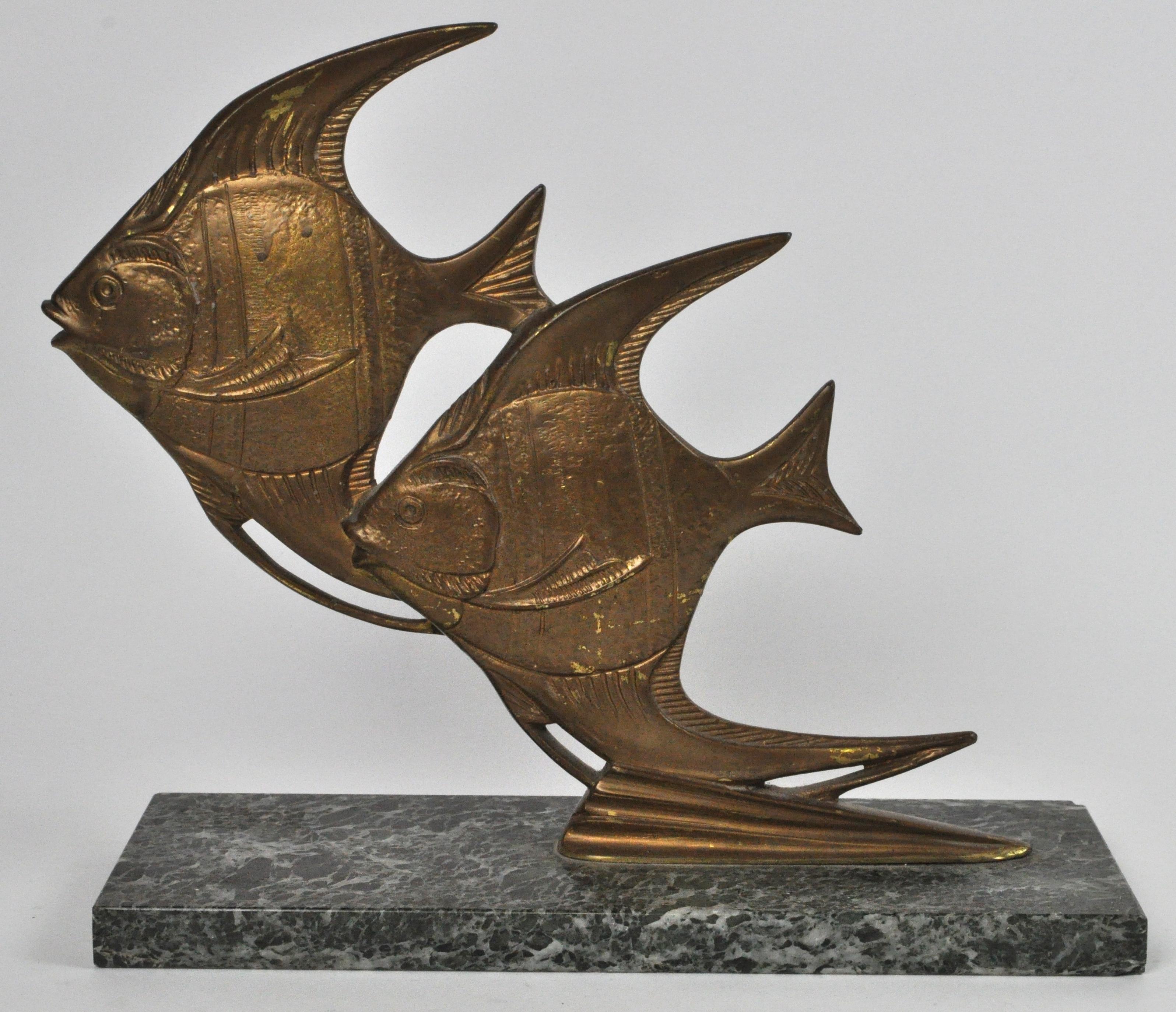 Een art deco groep in de vorm van twee bronzen vissen op en sokkel van groen marmer jordaens - Deco van de gang ...