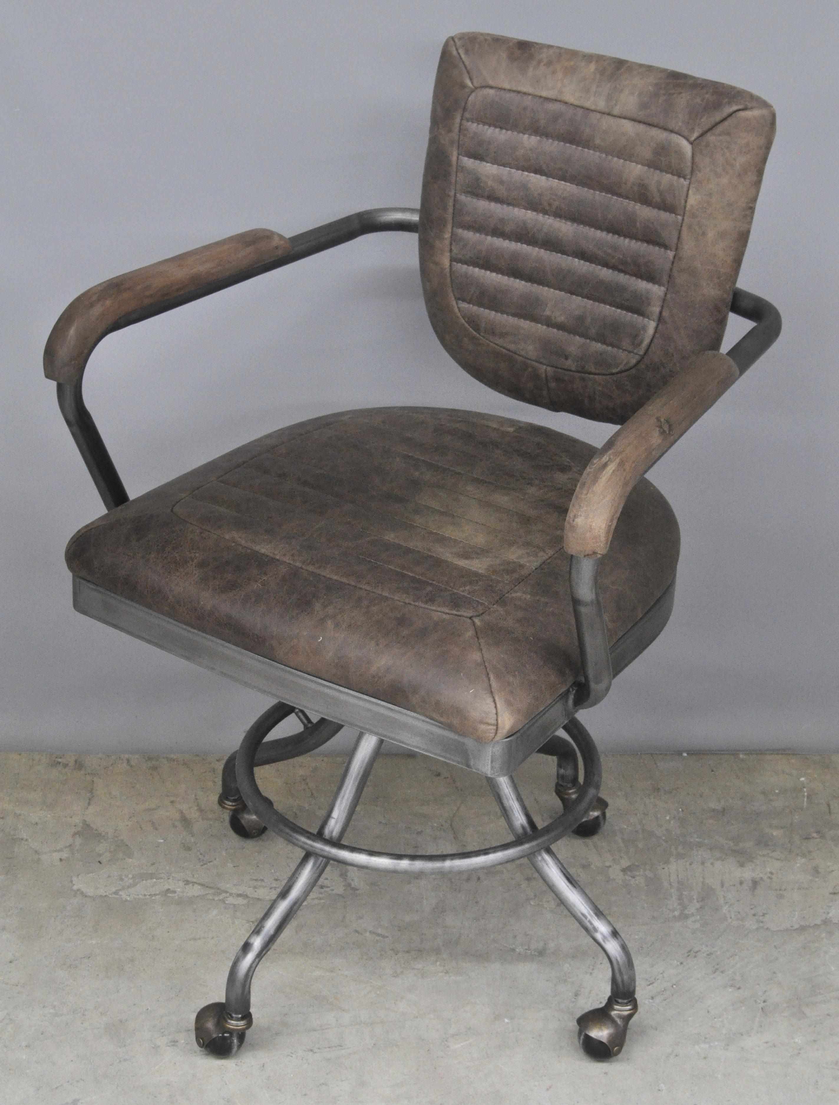 Een retro bureaustoel bekleed met bruin leder jordaens for Bureaustoel vintage
