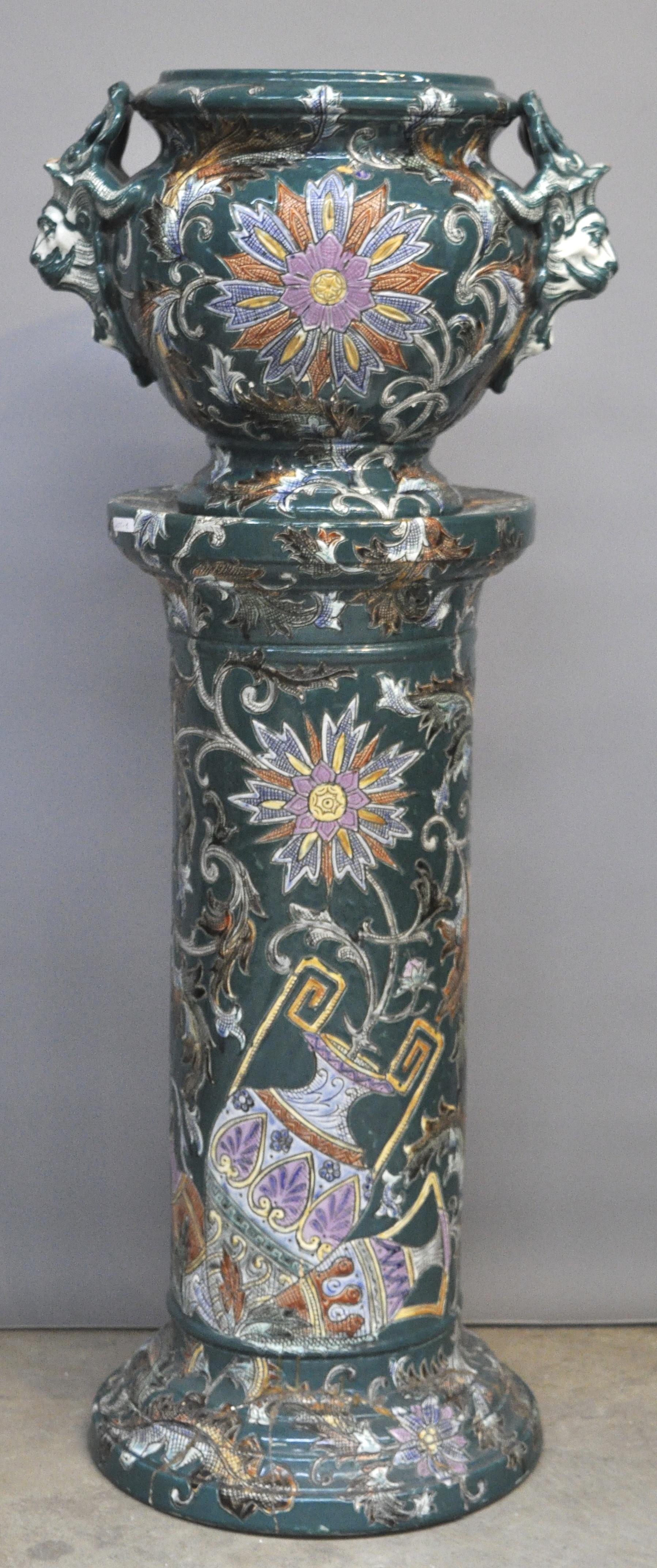 Een jardini re op sokkel van meerkleurig aardewerk italiaans jordaens n v veilinghuis - Terracotta sokkel ...