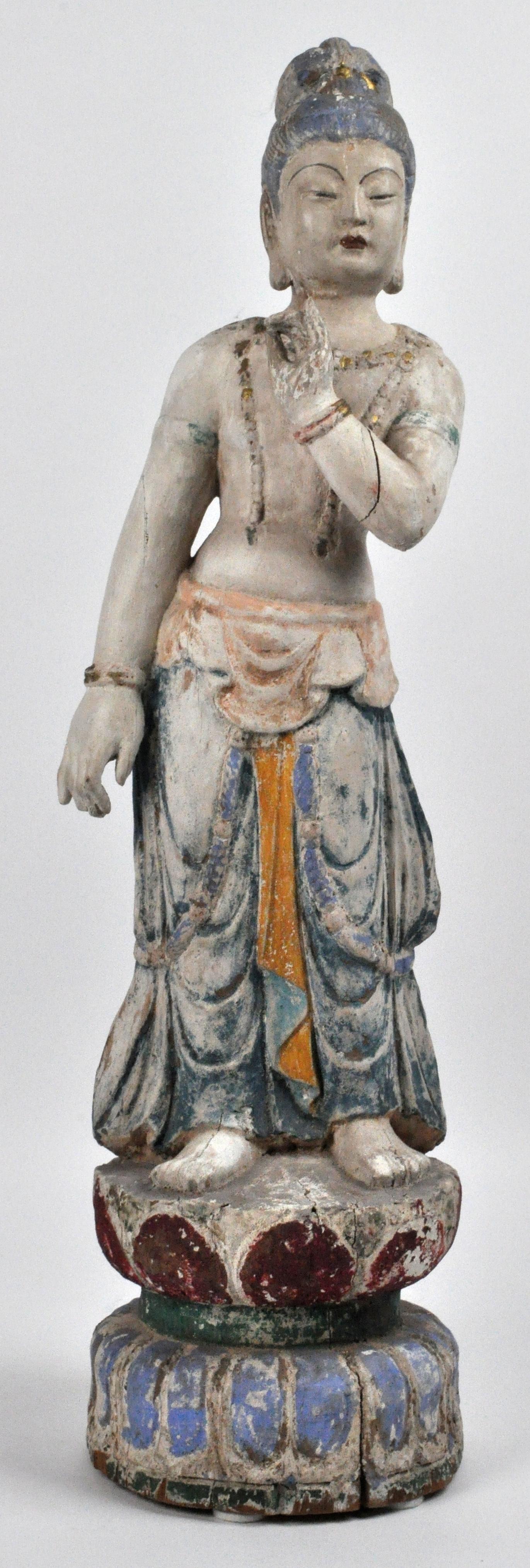 Een staande GuanYin van gepolychromeerd hout in de Vitarka-houding. Vermoedelijk XIXe eeuw.