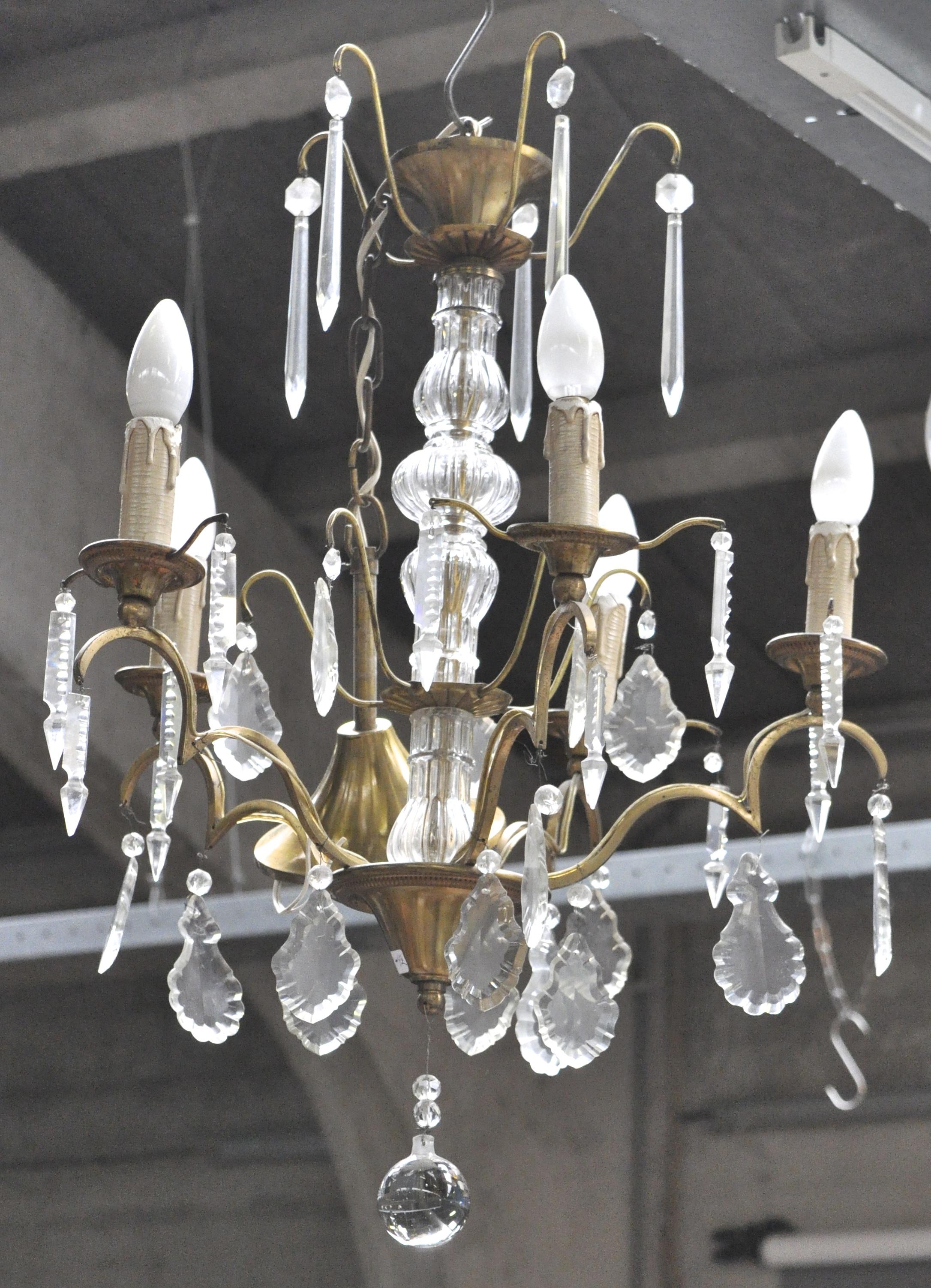 Een kleine luchter van geel koper met kristallen pendeloques in lodewijk xv stijl jordaens n - Garderobe stijl van lodewijk xv ...
