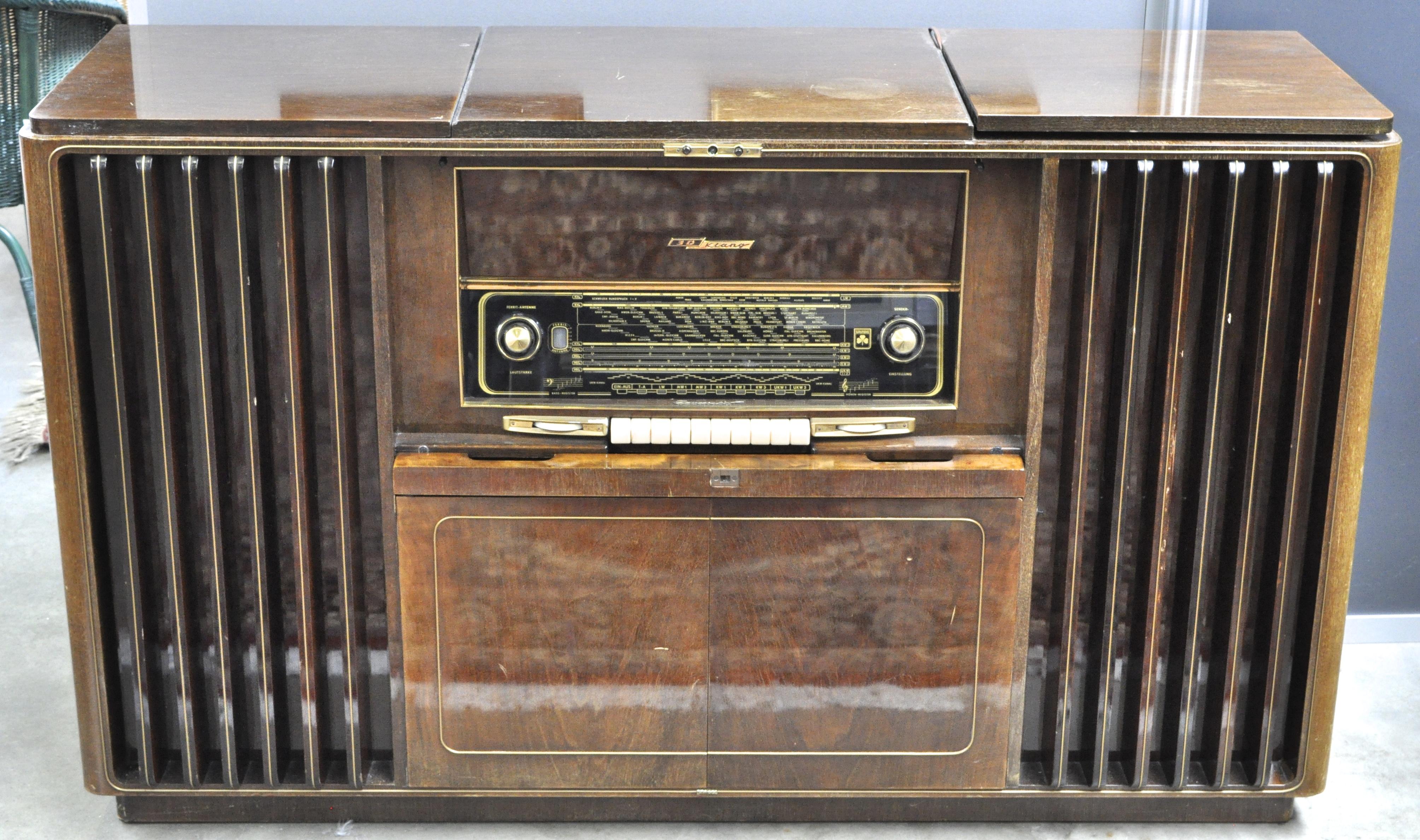 Een gefineerd houten muziekmeubel. Model: Grundig Musikschrank No ...