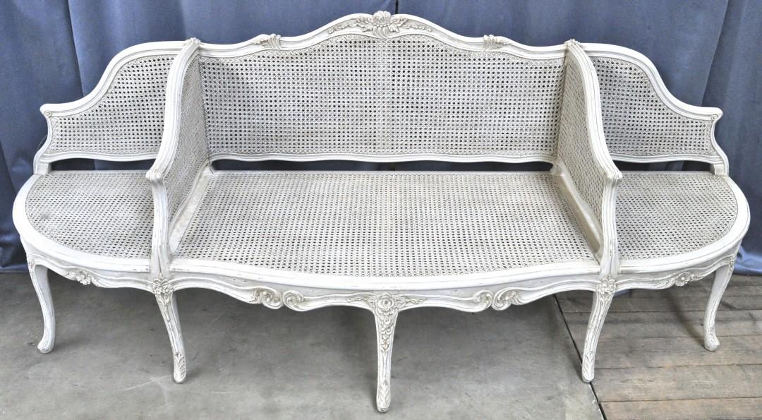 Een canap in lodewijk xv stijl van witgepatineerd hout met gecanneerde zit en rug in drie - Garderobe stijl van lodewijk xv ...