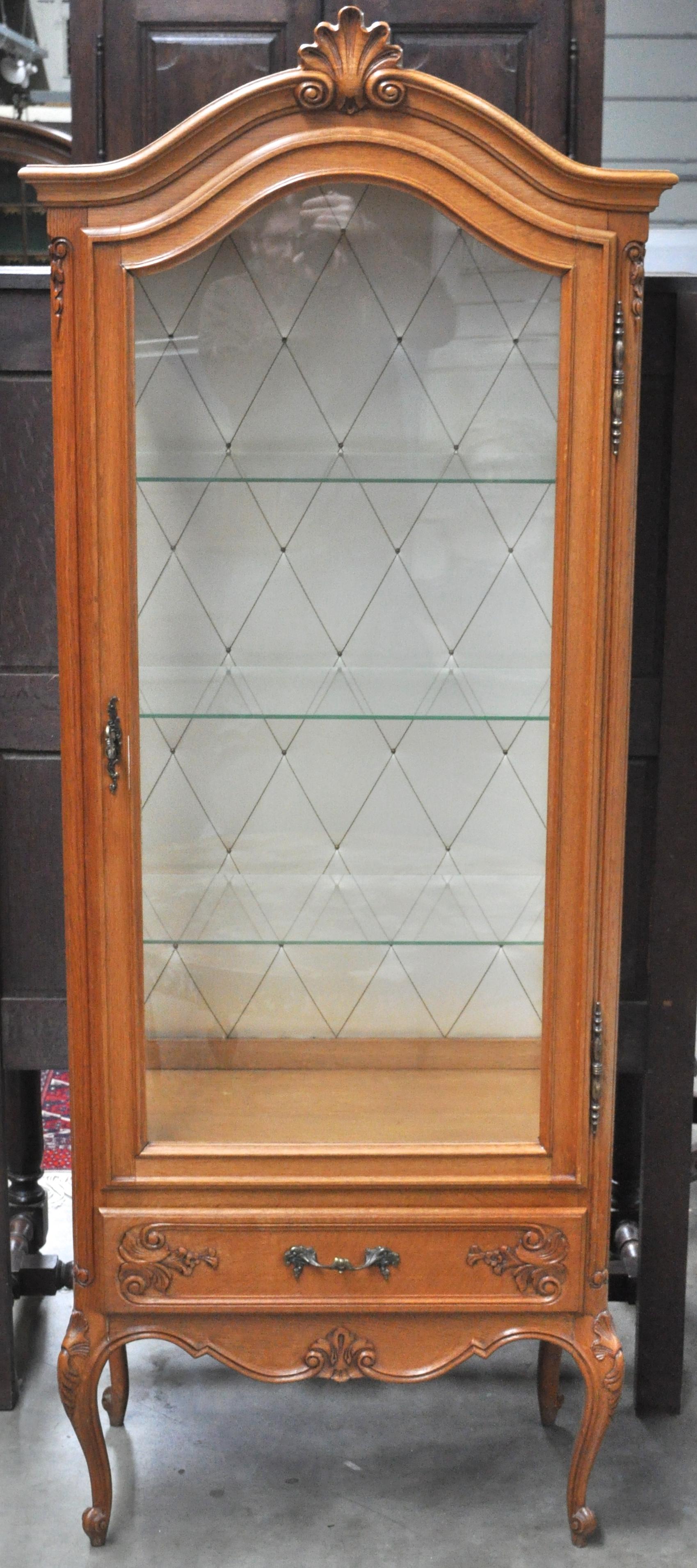Een eendeursvitrine in lodewijk xv stijl van gebleekt eikenhout met onderaan een lade - Garderobe stijl van lodewijk xv ...
