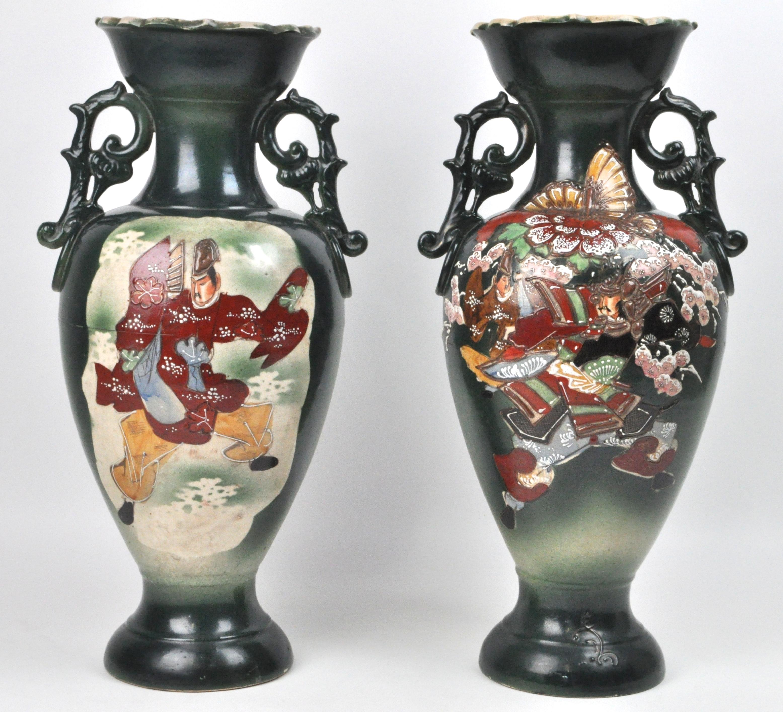 Een paar vazen van meerkleurig satsuma aardewerk met een decor van ...
