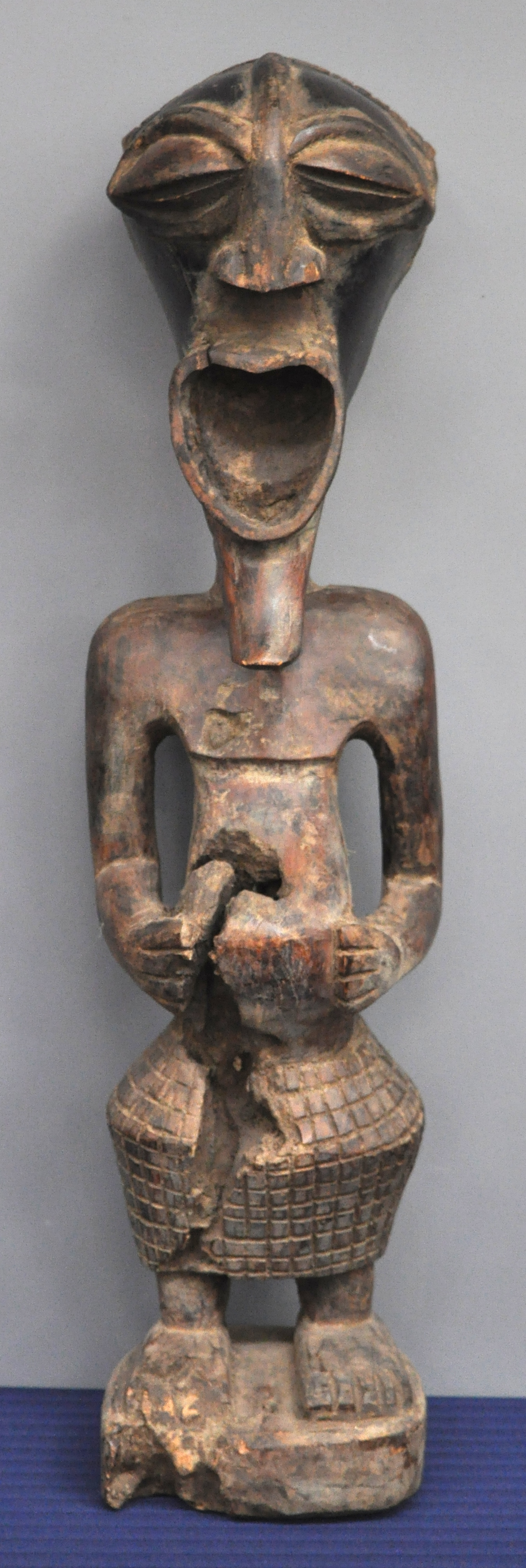 Een afrikaans houten beeld. songye. – jordaens n.v. veilinghuis