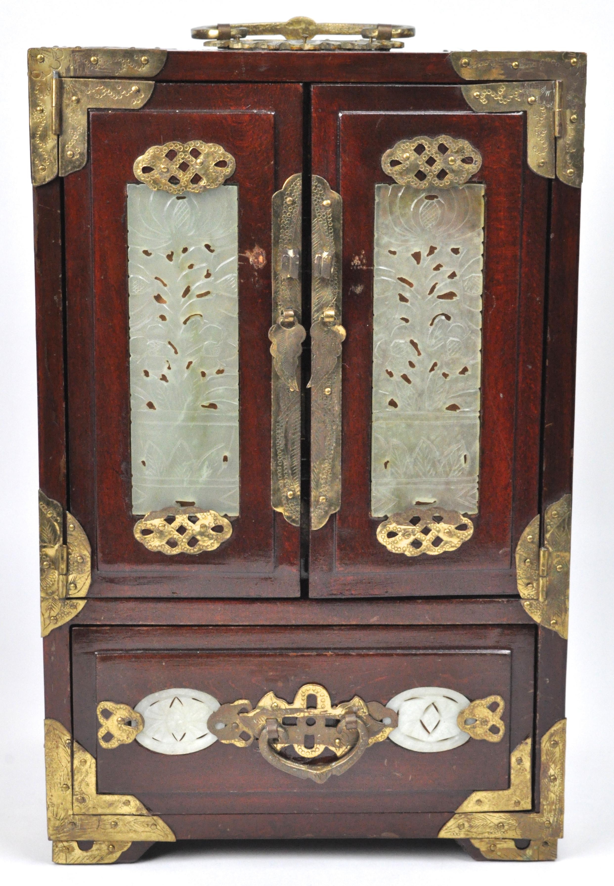 Chinees Houten T Rond.Een Chinees Juwelenkistje Van Zwartgelakt Hout Gedecoreerd Met