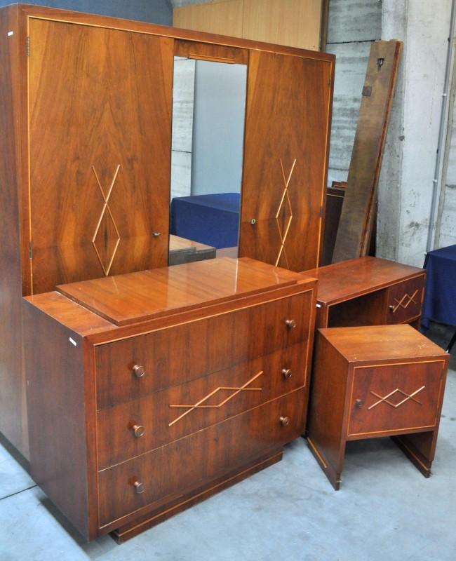 een slaapkamer van gefineerd hout in art decostijl bestaande uit twee npersoonsbedden een