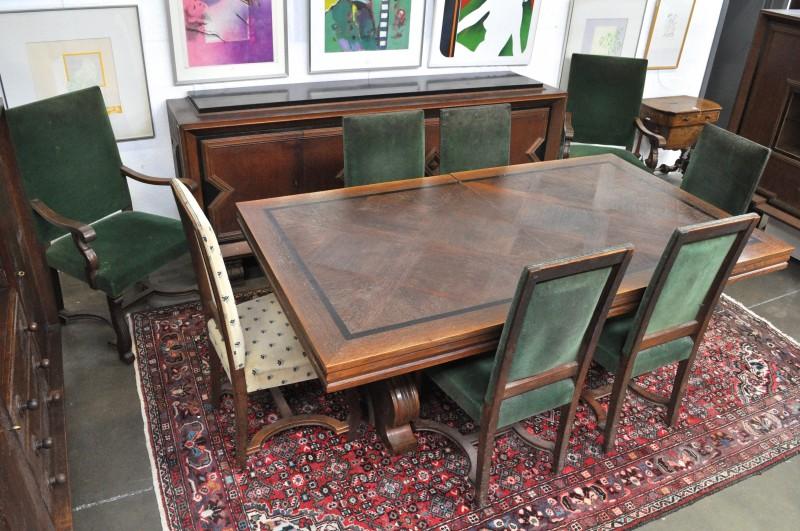 Een eikenhouten eetkamer in de geest van de art deco bestaande uit een grote tafel met zes - Deco van woonkamer eetkamer ...
