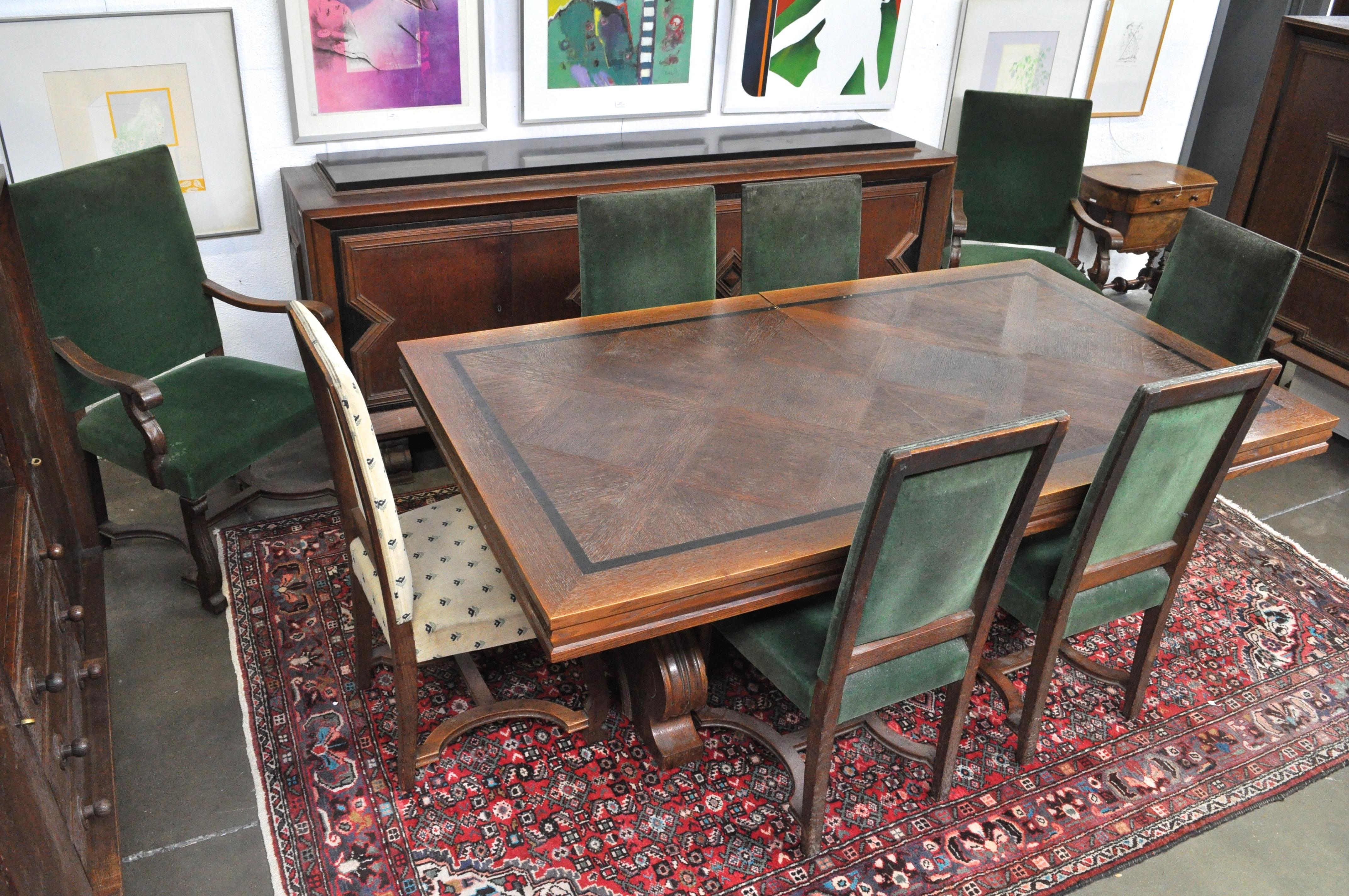 Een eikenhouten eetkamer in de geest van de art deco bestaande uit een grote tafel met zes - Eetkamer deco ...