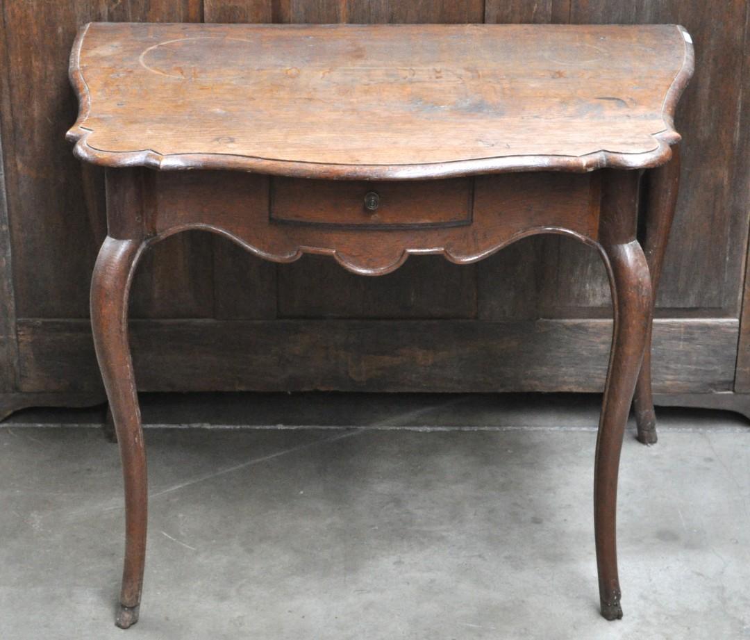 Een bijzettafeltje van gesculpteerd notenhout in lodewijk xv stijl jordaens n v veilinghuis - Garderobe stijl van lodewijk xv ...