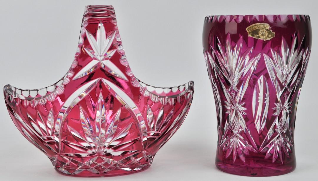 Een Mandje En Een Vaas Van Geslepen Kristal Rood Gekleurd