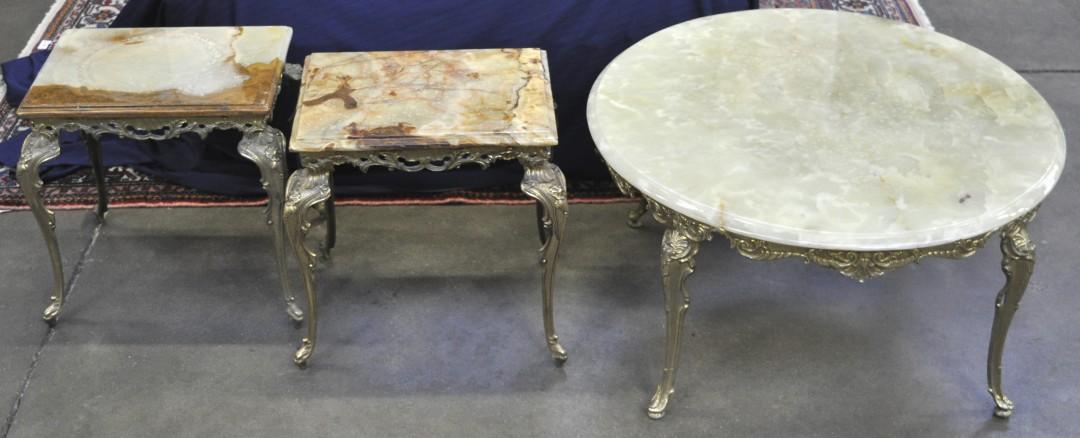 Drie rechthoekige bijzettafeltjes en een ronde salontafel van geel koper in lodewijk xv stijl - Garderobe stijl van lodewijk xv ...