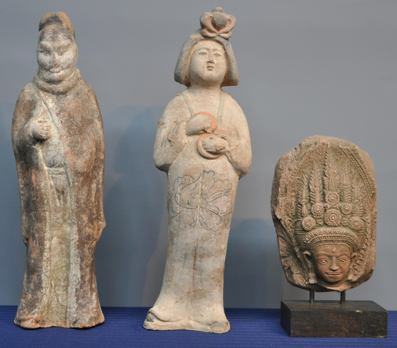 Een vrouwenfiguur en een mannenfiguur van terracotta naar de tang dynastie we voegen er een - Terracotta sokkel ...