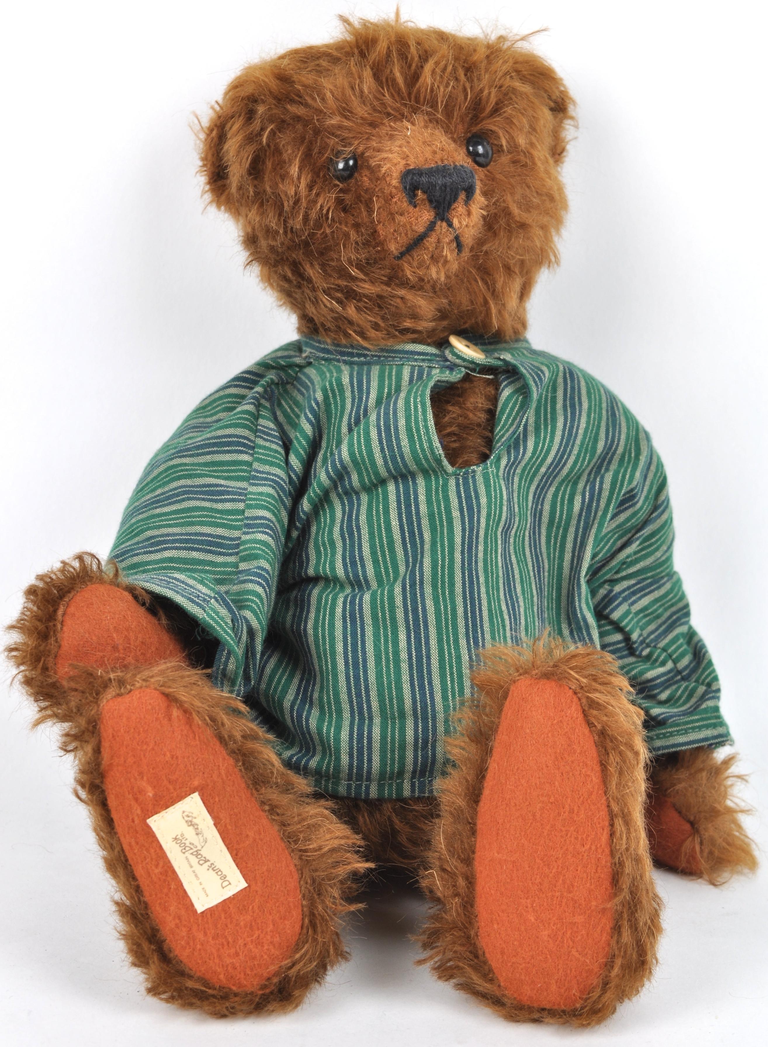 Een donkerbruine beer. Genummerd 22.