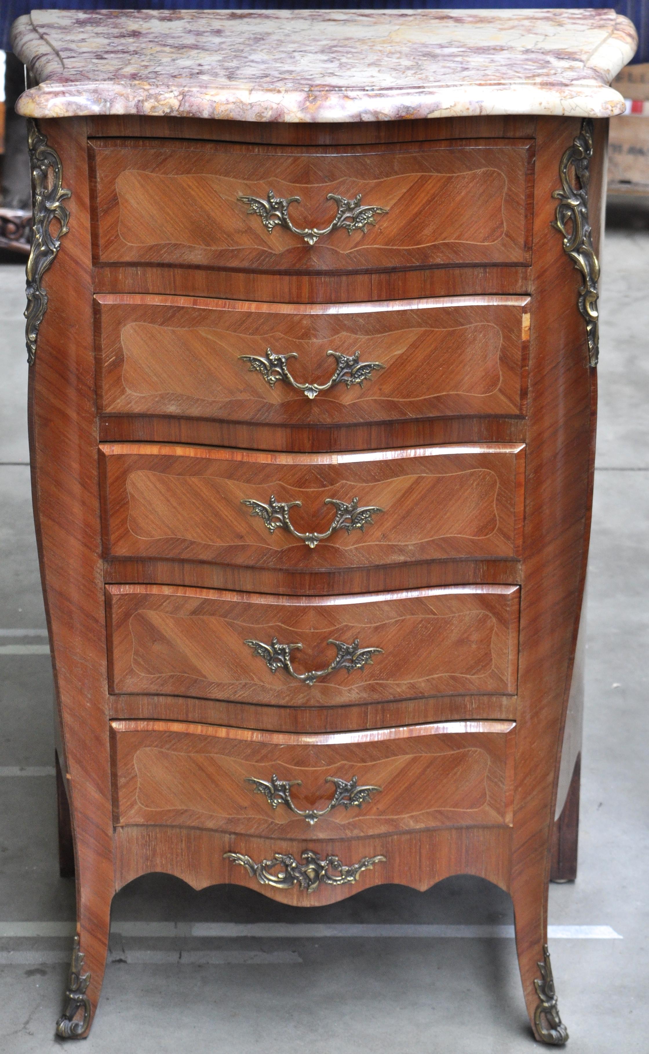 Een ladenkastje van gefineerd hout in lodewijk xv stijl met vijf laden en een marmeren blad en - Garderobe stijl van lodewijk xv ...