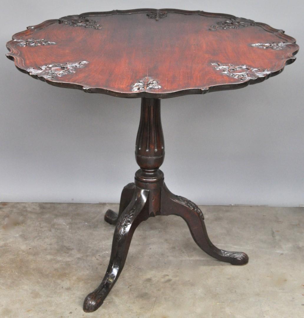 Een tafel in queen ann stijl van gesculpteerd mahoniehout met neerklapbaar blad afgewerkt met - Tafel een kribbe stijl industriel ...