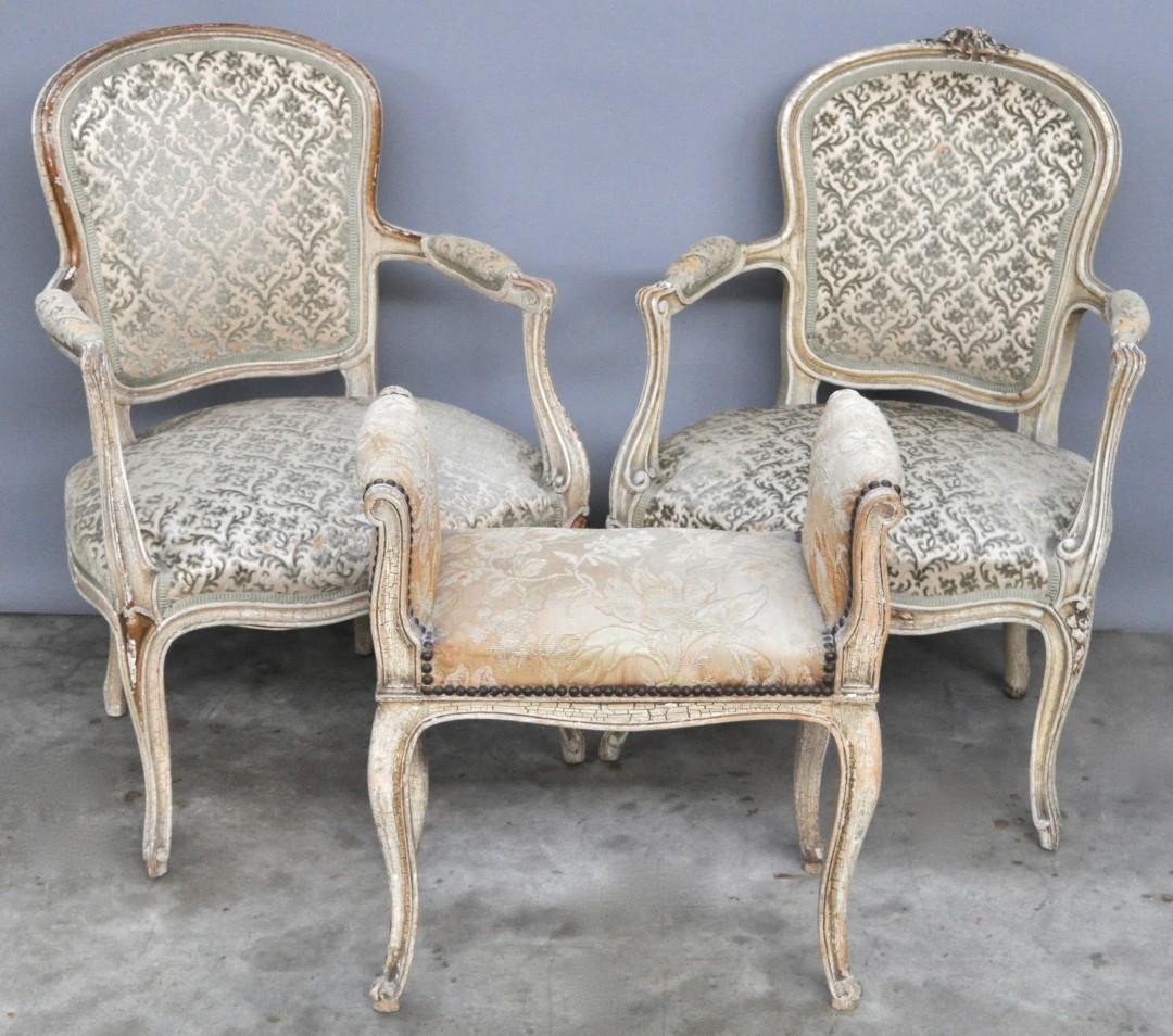 Twee beklede armstoelen van witgepatineerd notenhout in lodewijk xv stijl we voegen er een - Garderobe stijl van lodewijk xv ...