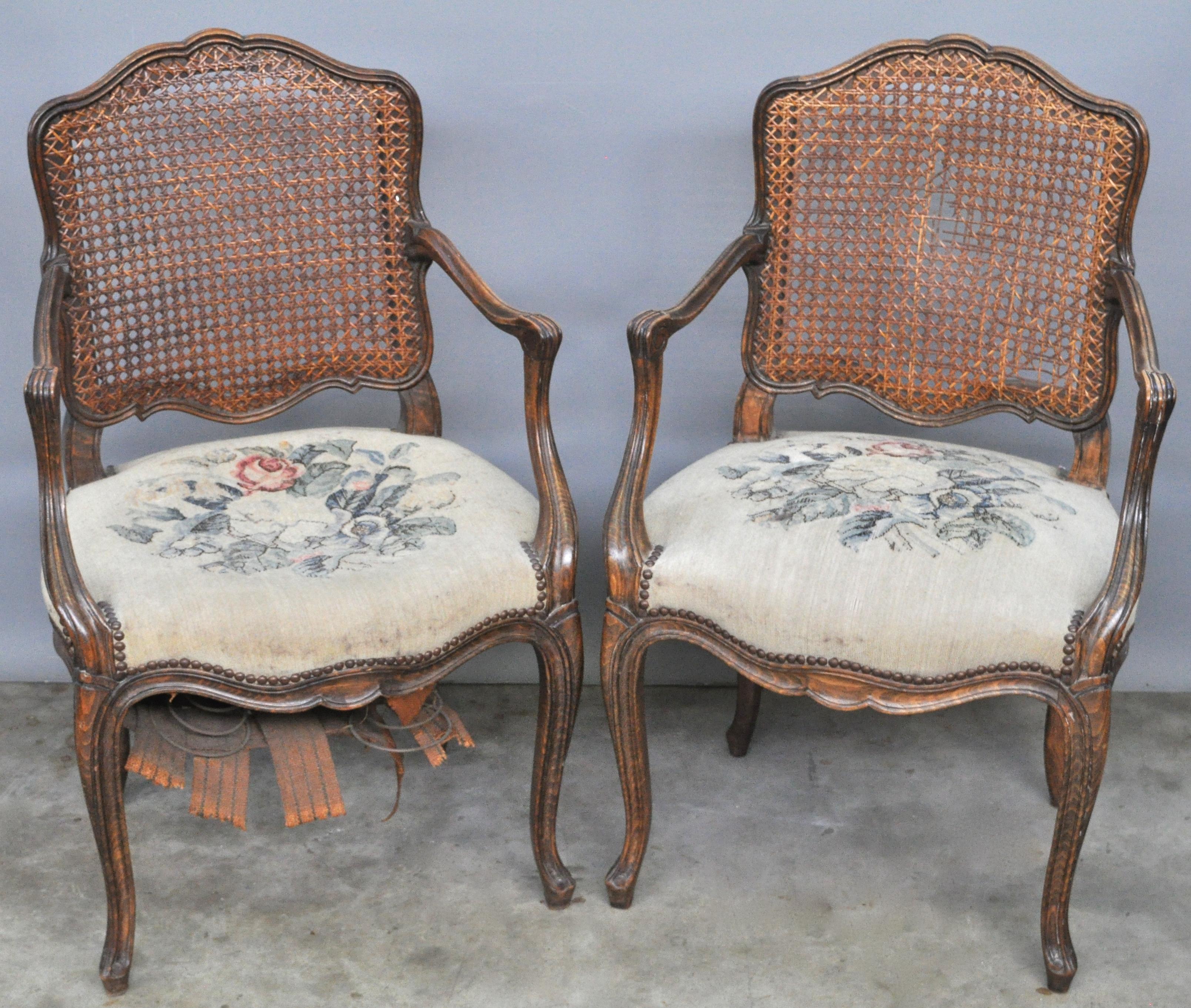 Twee armstoelen van gesculpteerd notenhout in lodewijk xv stijl met gecanneerde rug jordaens - Garderobe stijl van lodewijk xv ...