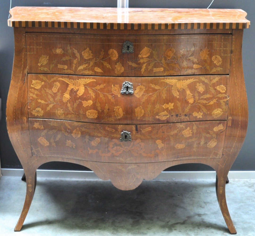 Een gebombeerde commode van gefineerd hout in lodewijk xv stijl versierd met marqueterie - Garderobe stijl van lodewijk xv ...