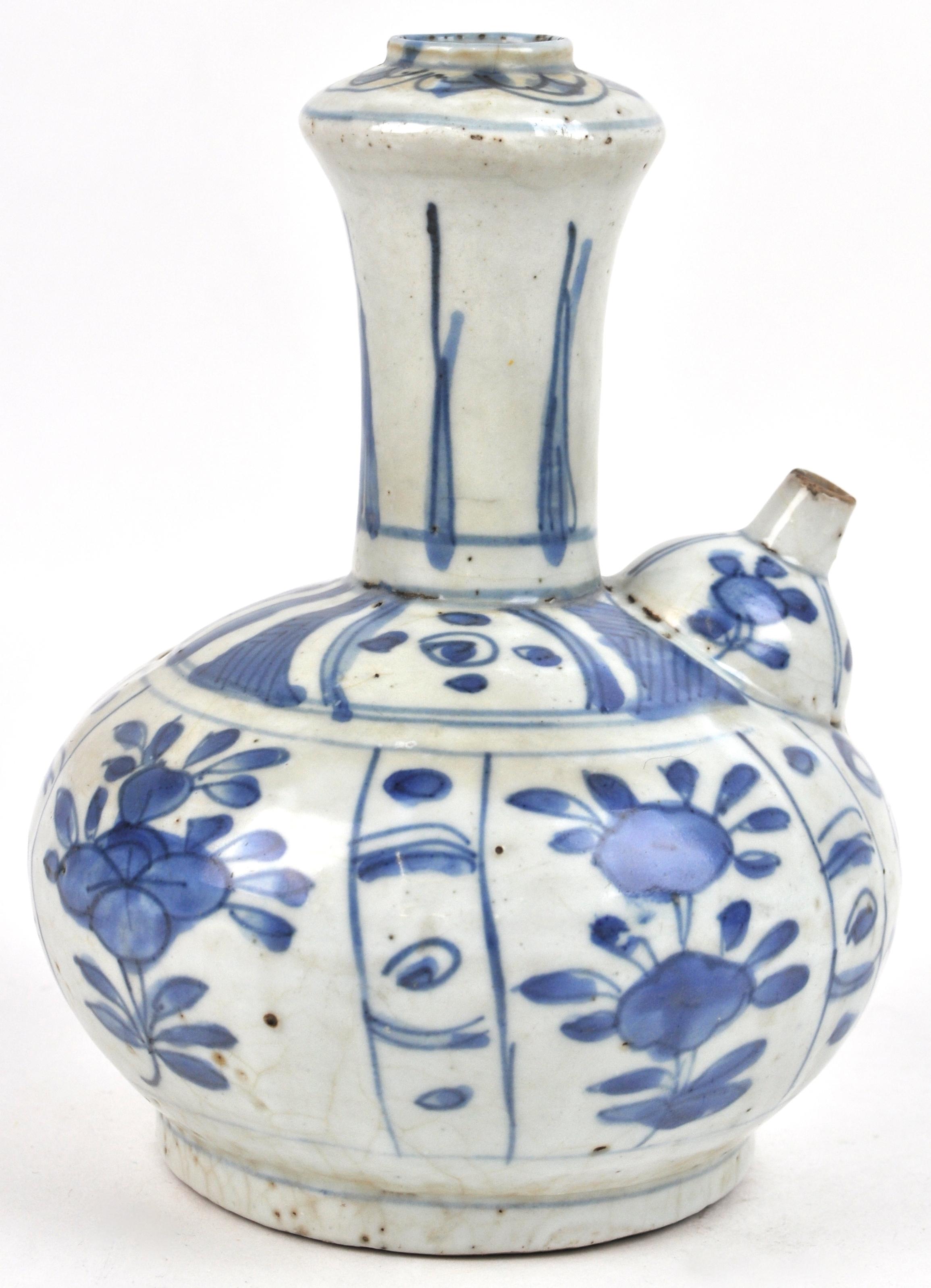 Een Chinese kruik van blauw en wit aardewerk, versierd met een bloemendecor. Periode Ming?