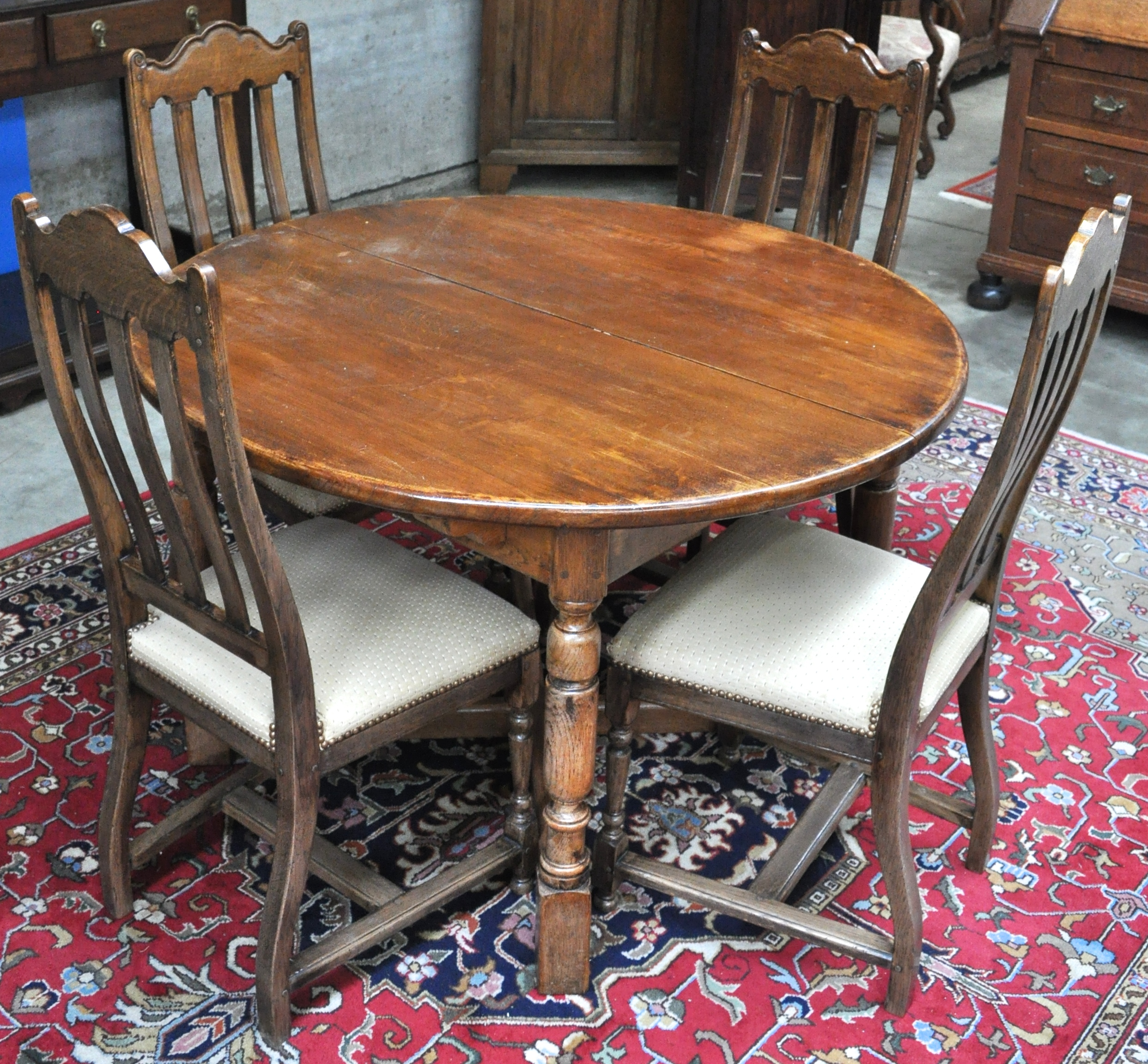 Een ronde tafel en zes stoelen van gedraaid en gesculpteerd eikenhout jordaens n v veilinghuis - Tafel en stoelen dineren ...
