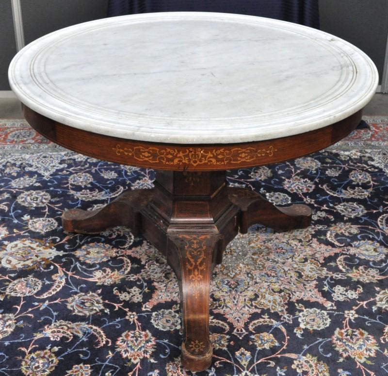 Een ronde tafel op zeshoekige centrale poot in directoire stijl met wit marmeren blad en - Tafel een kribbe stijl industriel ...