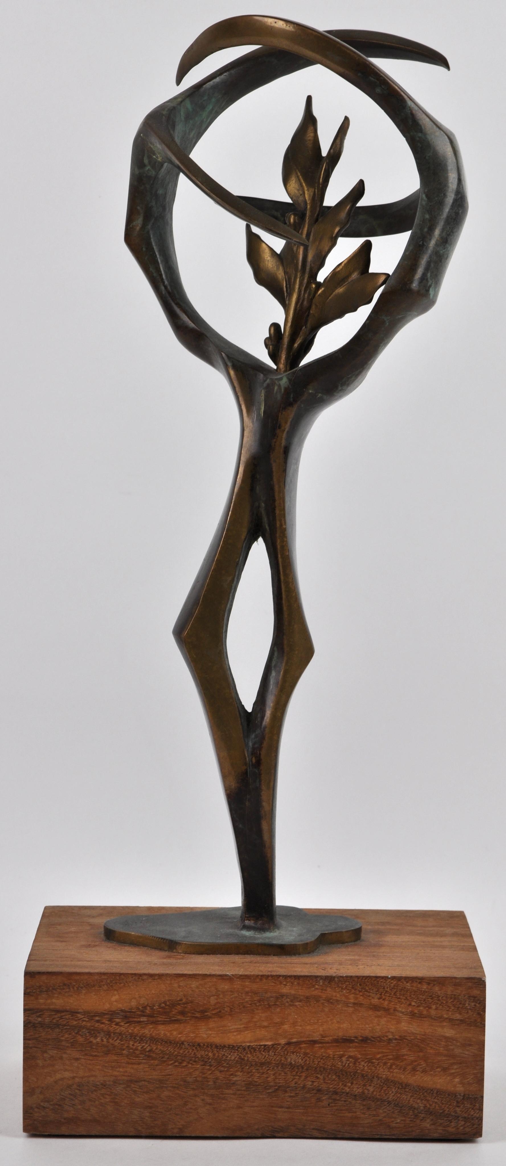 Een modern sculptuur van brons met een een lauriertak op houten sokkel jordaens n v veilinghuis - Terracotta sokkel ...