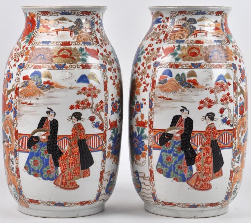 Een paar vazen van Arita-porselein met personages in het decor.