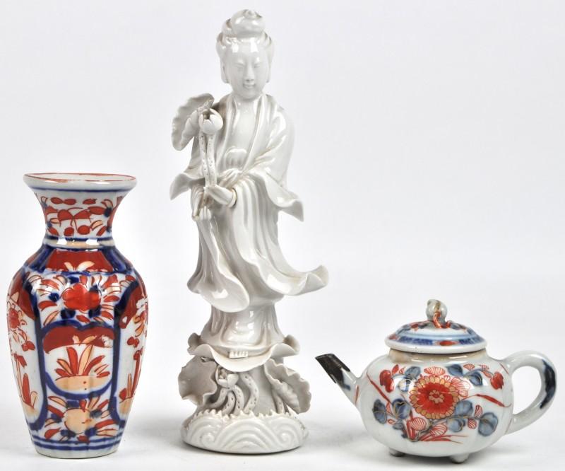 Een lot Aziatisch porselein, bestaande uit een miniatuur vaasje en theepotje van Imariporselein en een staande Guan Yin naar het Blanc de Chine.