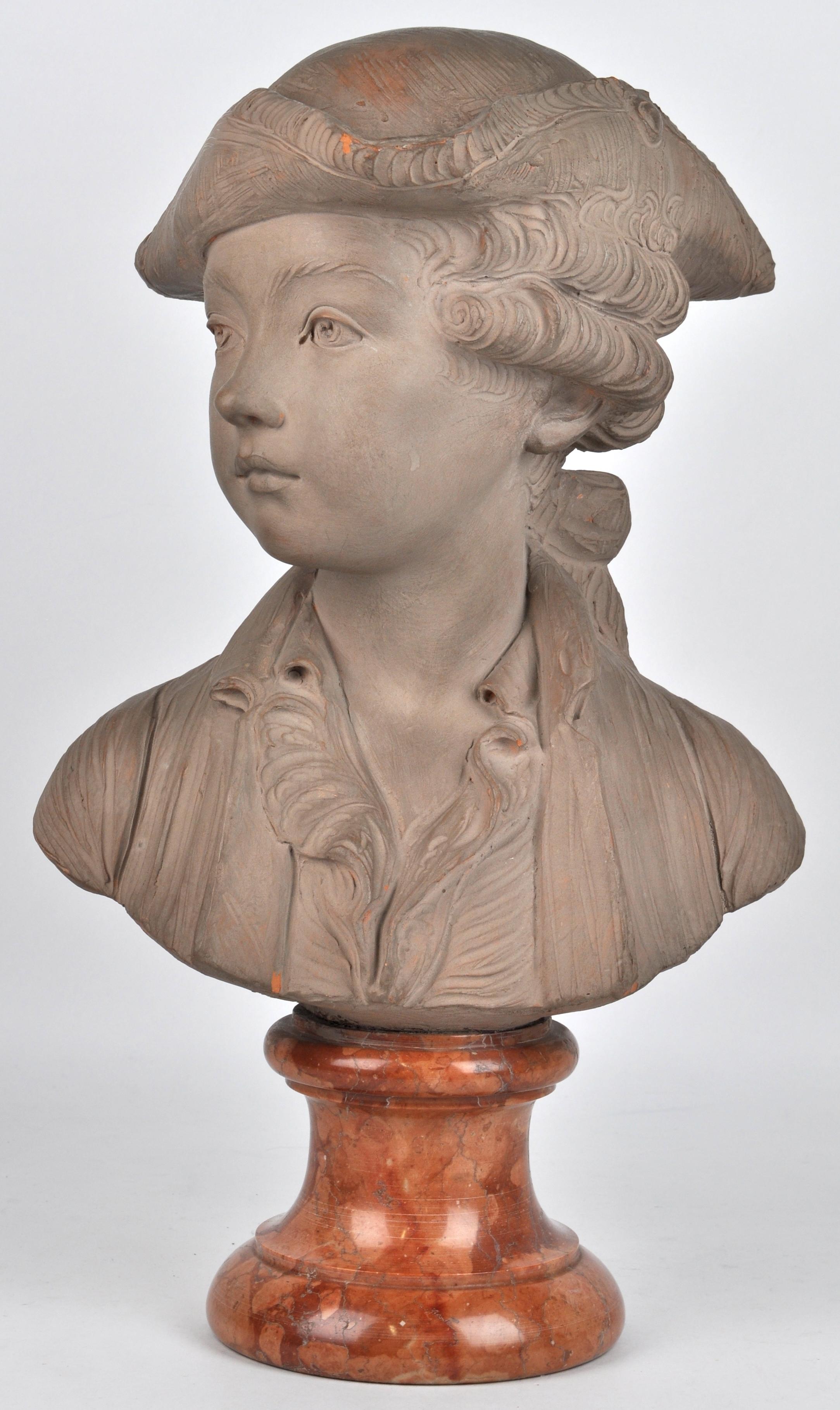 Een buste van een jonge edelman van grijsgepatineerd terracotta op een rood marmeren sokkel - Terracotta sokkel ...