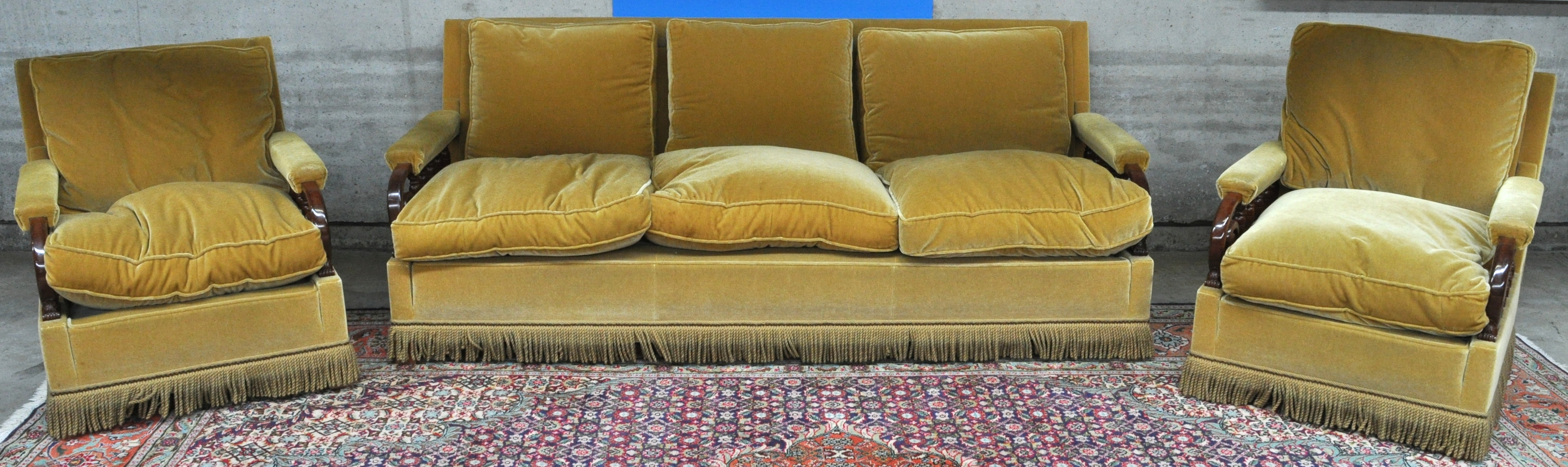 Een driedelig salongarnituur bekleed met geel fluweel jordaens n v veilinghuis - Geel fluweel ...