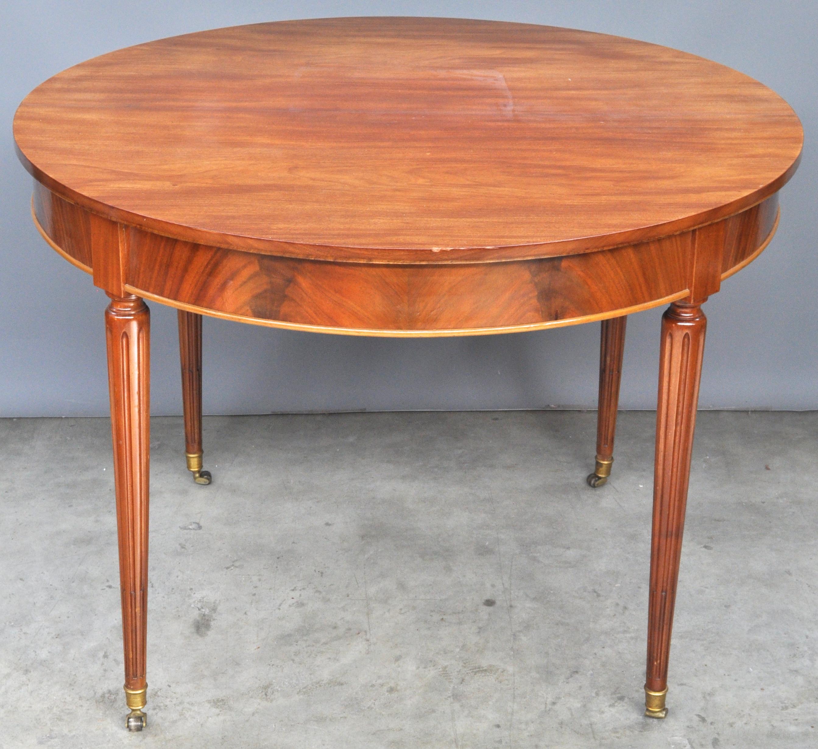 Een ronde tafel van gefineerd hout in lodewijk xvi stijl jordaens n v veilinghuis - Tafel een kribbe stijl industriel ...