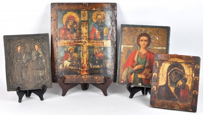 """Een lot van drie XIXde eeuwse Russische iconen met afbeeldingen van """"Moeder gods van Kazan omringd door zes heiligen"""", """"Aartsengel Michaël en Maria"""" in koperen rizza en """"Christus aan het kruis omringd door vier heiligen"""". We voegen er een reproductie aan toe."""
