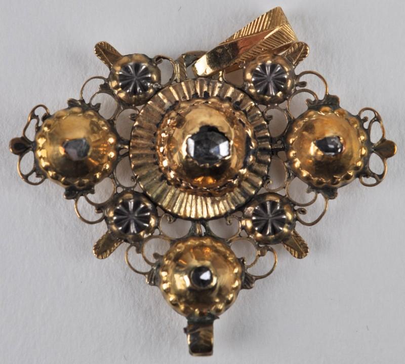 Een 18 karaats geel gouden hanger bezet met diamant oude slijp met een gezamenlijk gewicht van ± 0,30 ct. XIXde eeuws.