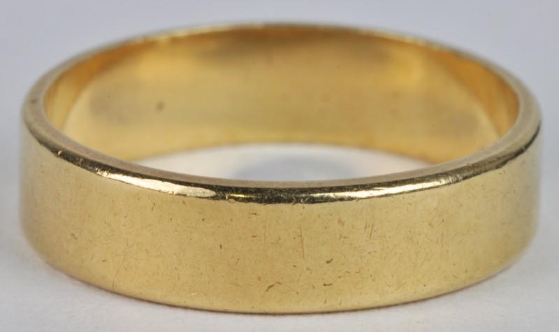 Een 18 karaats geel gouden trouwring.