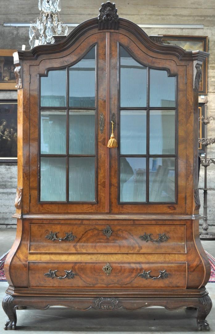 Een hollandse vitrine van gefineerd hout in barokke stijl met onderaan een gebombeerde en een - Barokke stijl kamer ...