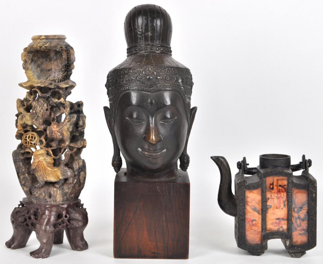Een lot aziatica bestaande uit een bronzen theepotje een bronzen boeddhahoofd en een spekstenen - Stijl asiatique ...