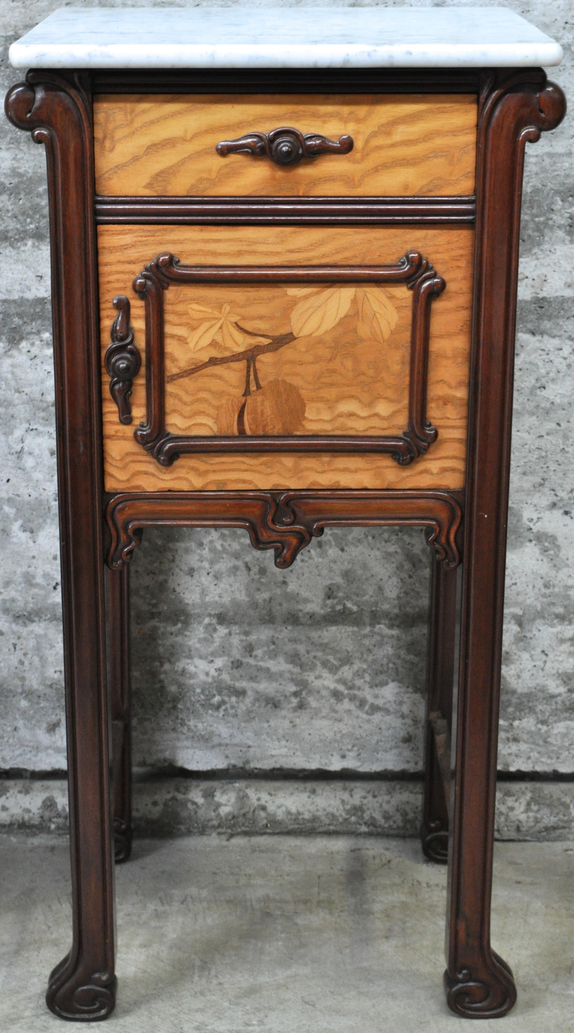 Een nachtkastje van mahoniehout en gevlekt berkenhoutfineer versierd met een ingelegde wilde - Een nachtkastje ...